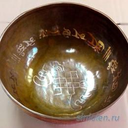 Поющая чаша ручной ковки с золотой мантрой  «Ом» и символом Тибета