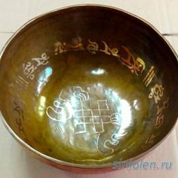 Поющая чаша ручной ковки с изображением «Узла удачи» и мантрой «Ом»